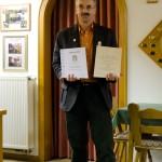 Siegfried Drexl hält seine zwei Urkunden in der Hand